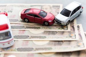 1万円札と車のフィギュア